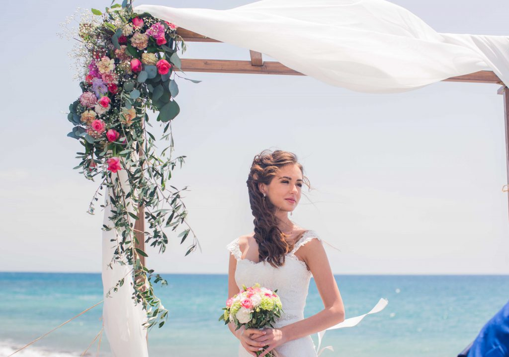 Bride holding bouquet from FlorEsAmor Flower Shop in Tenerife